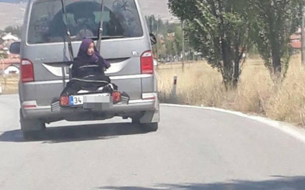 Απίστευτο: Έδεσε την κόρη του στο πίσω μέρος του αυτοκινήτου
