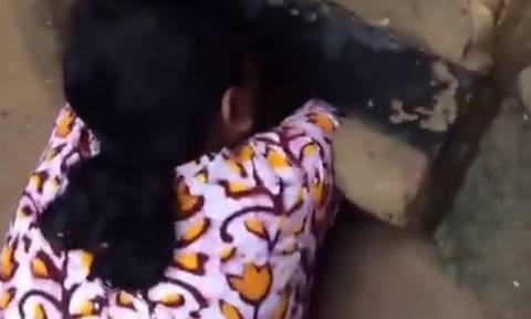 Βίντεο σοκ: Γυναίκα ακούει κλάματα από... υπόνομο και σώζει νεογέννητο μωρό (video)