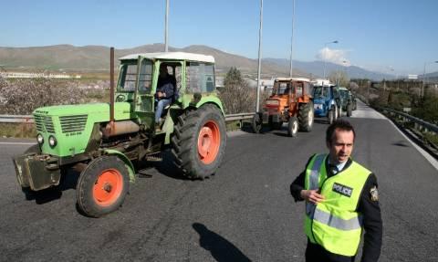 ΔΕΘ: Οι αγρότες βγάζουν στους δρόμους τα τρακτέρ και στήνουν μπλόκα