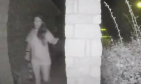 Λύθηκε το μυστήριο με την ημίγυμνη γυναίκα που χτυπούσε κουδούνια στη μέση της νύχτας (vid)