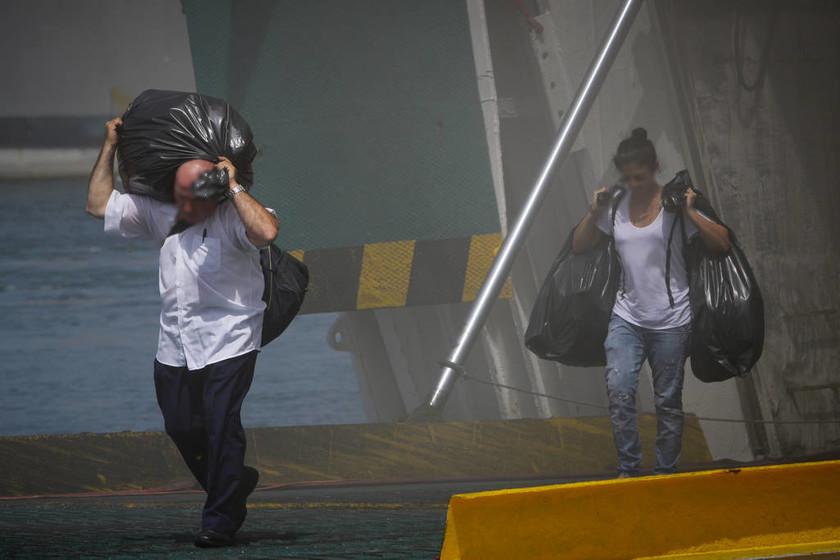Εντολή εκκένωσης στο «Ελευθέριος Βενιζέλος» - Το πλοίο έχει πάρει μεγάλη κλίση