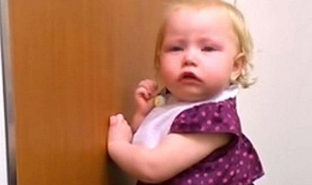 Δείτε την αντίδραση 2χρονου κοριτσιού όταν μαθαίνει ότι θα αποκτήσει αδελφάκι (vid)