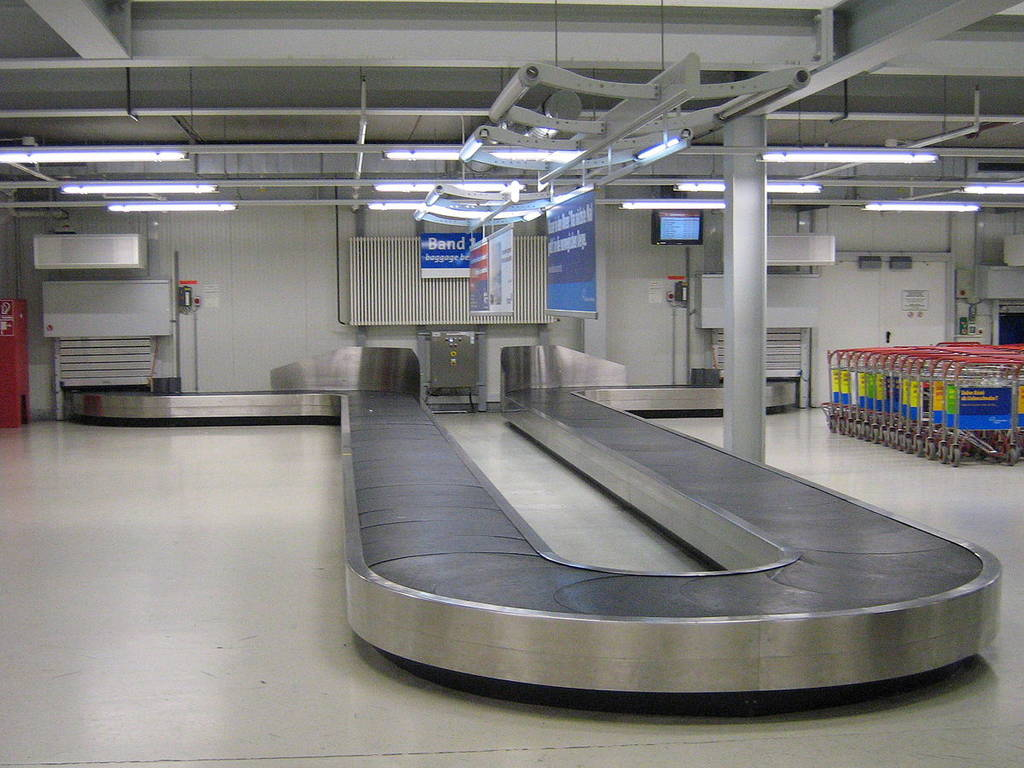Δείτε το απίστευτο σημείο που κρύφτηκε μικρός σε αεροδρόμιο... (vid)