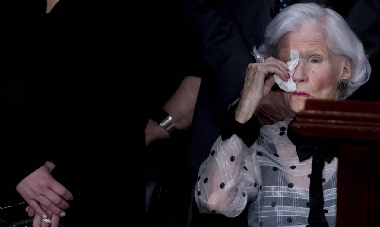 ΗΠΑ: Συντετριμμένη η 106 ετών μητέρα του γερουσιαστή Τζον Μακέιν στο τελευταίο «αντίο» (pics+vid)