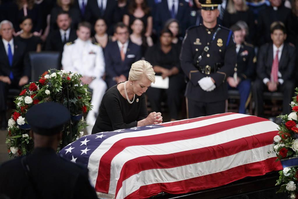 Τζον Μακέιν: Συντετριμμένη η 106 ετών μητέρα του γερουσιαστή στο τελευταίο «αντίο» (pics+vid)