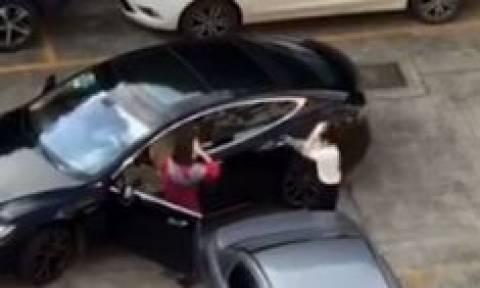 Θλιβερές εικόνες: Πιάστηκαν μαλλί με μαλλί για μια θέση πάρκινγκ (vid)