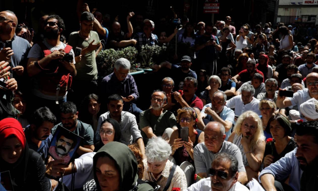 Χαμός στην Πόλη: Ο Ερντογάν έβαλε τεθωρακισμένα για να διαλύσουν τις «Μητέρες του Σαββάτου» (pics)