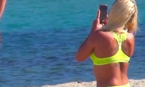 Μύκονος: Αυτή είναι η νέα μόδα στις φωτογραφίες! Δείτε τι κάνουν οι τουρίστριες με τα οπίσθιά τους