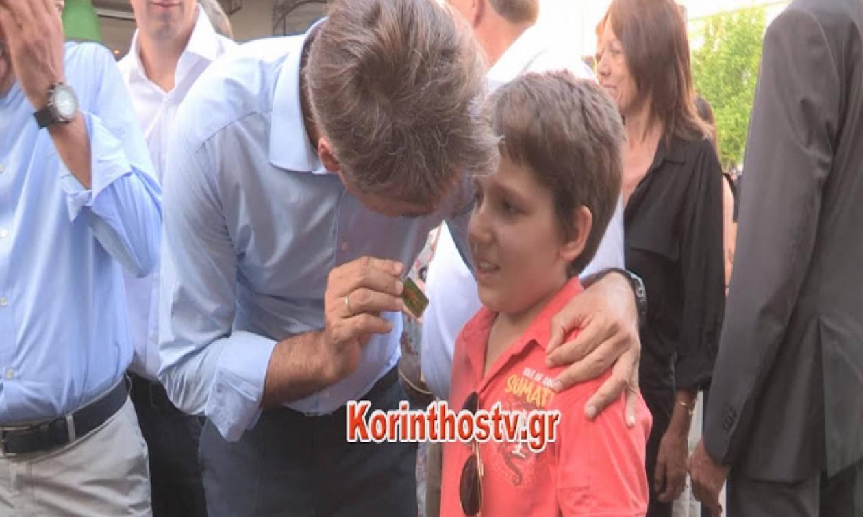 Το απρόσμενο δώρο ενός αγοριού στον Μητσοτάκη – Πώς αντέδρασε ο πρόεδρος της ΝΔ (vid)