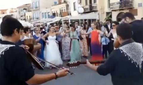 Κρήτη: Νύφη ξεσήκωσε τον κόσμο με τον χορό της στο Ενετικό Λιμάνι (pics-vid)