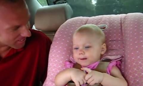 Θα «λιώσετε»: Δείτε πως αυτή η μικρούλα μιλάει στον μπαμπά της (vid)