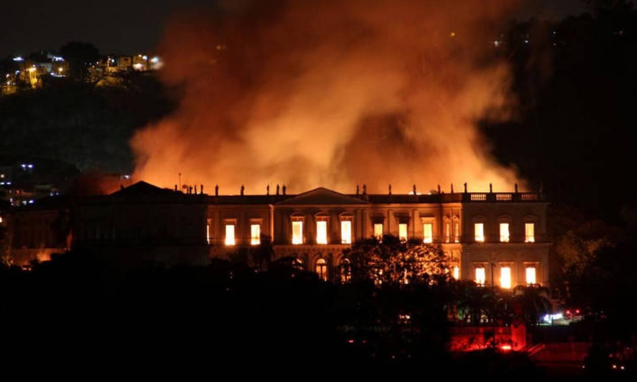 Βραζιλία: Μεγάλη φωτιά κατέστρεψε το Εθνικό Μουσείο στο Ρίο ντε Τζανέιρο