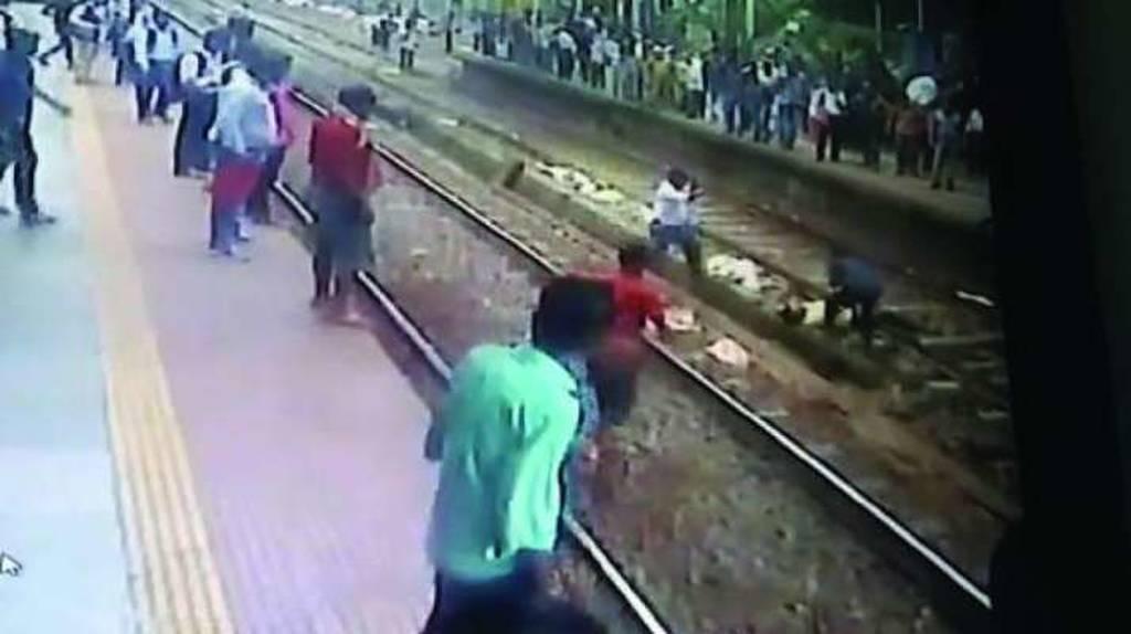 Σώζουν άντρα από τις ράγες του τραίνου λίγο πριν αυτοκτονήσει (vid)