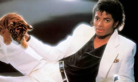 Δείτε πόσο κάνει το λευκό κοστούμι του Μάικλ Τζάκσον στο Thriller!