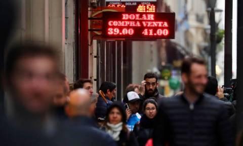 Αργεντινή: Χάος από την κατάρρευση του πέσο – Νέο πρόγραμμα λιτότητας εξήγγειλε ο Μάκρι