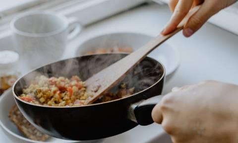 Πώς θα καθαρίσεις το τηγάνι, τη σχάρα της ψησταριάς και κάθε σκεύος από μαντέμι