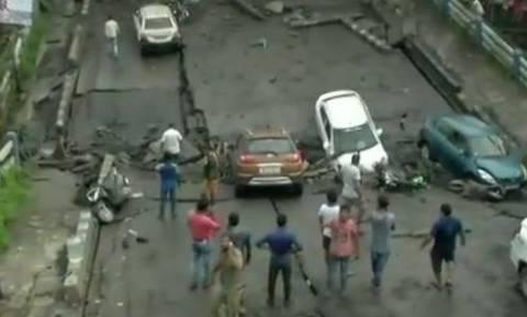Ινδία: Κατάρρευση γέφυρας την Καλκούτα - Πληροφορίες για πέντε νεκρούς (pics+vid)