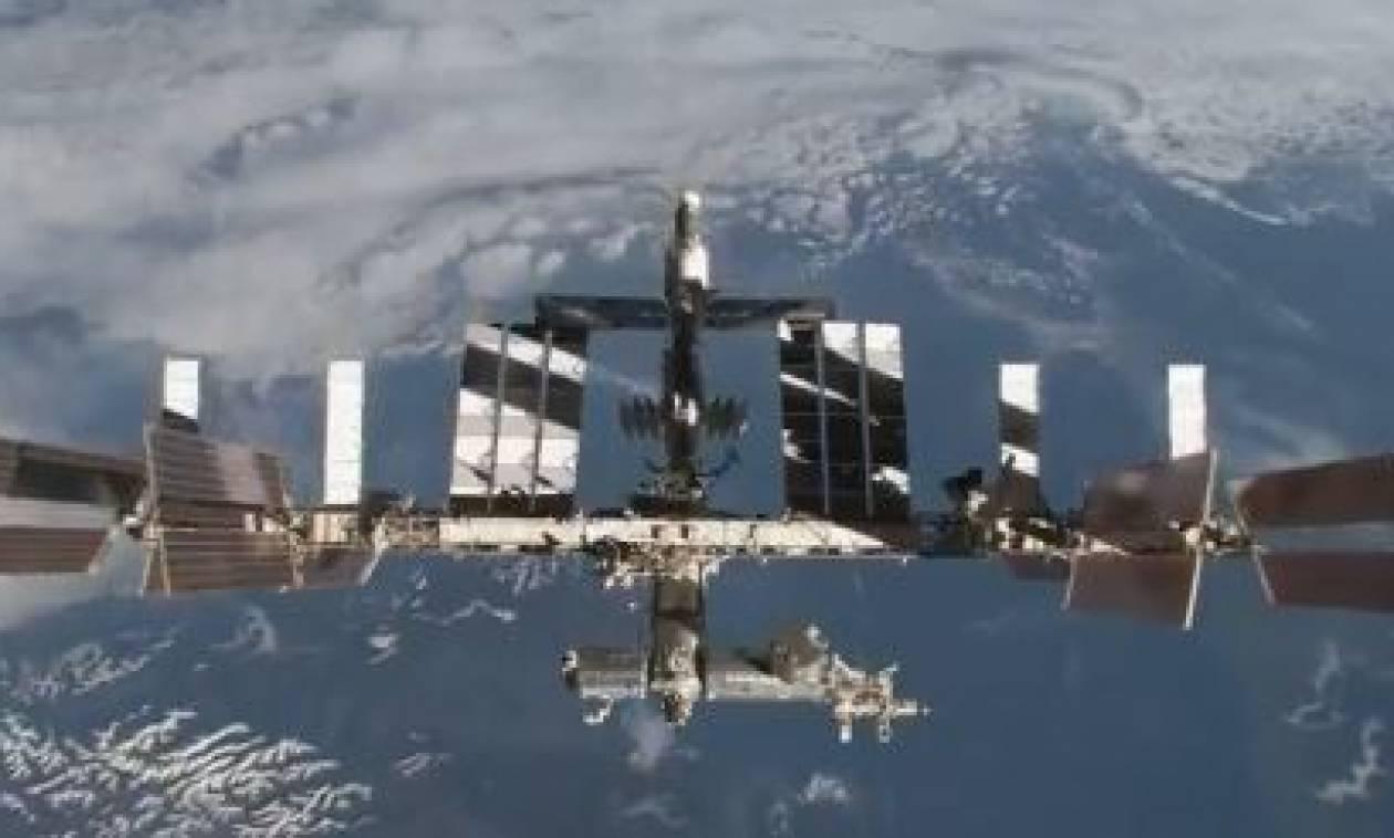 Μυστήριο με τη ζημιά στον Διεθνή Διαστημικό Σταθμό: Από ανθρώπινο χέρι η μικρορωγμή (vid)