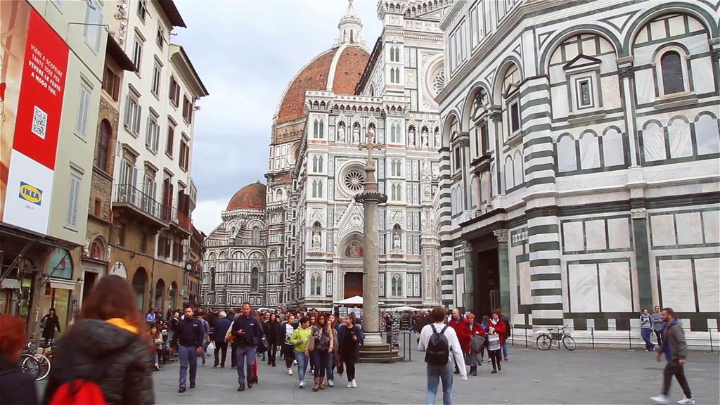Φλωρεντία: Απαγορεύει στους τουρίστες να τρώνε στους δρόμους
