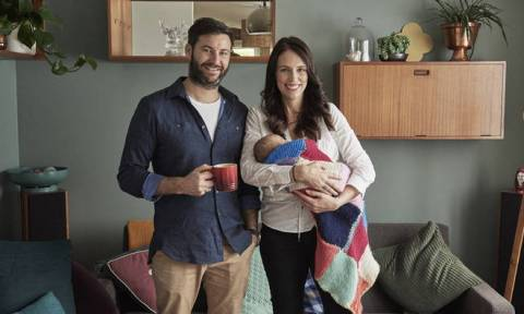 Στο στόχαστρο η Νεοζηλανδή πρωθυπουργός: Xρέωσε με 45.000 ευρώ το κράτος για να θηλάσει το μωρό της