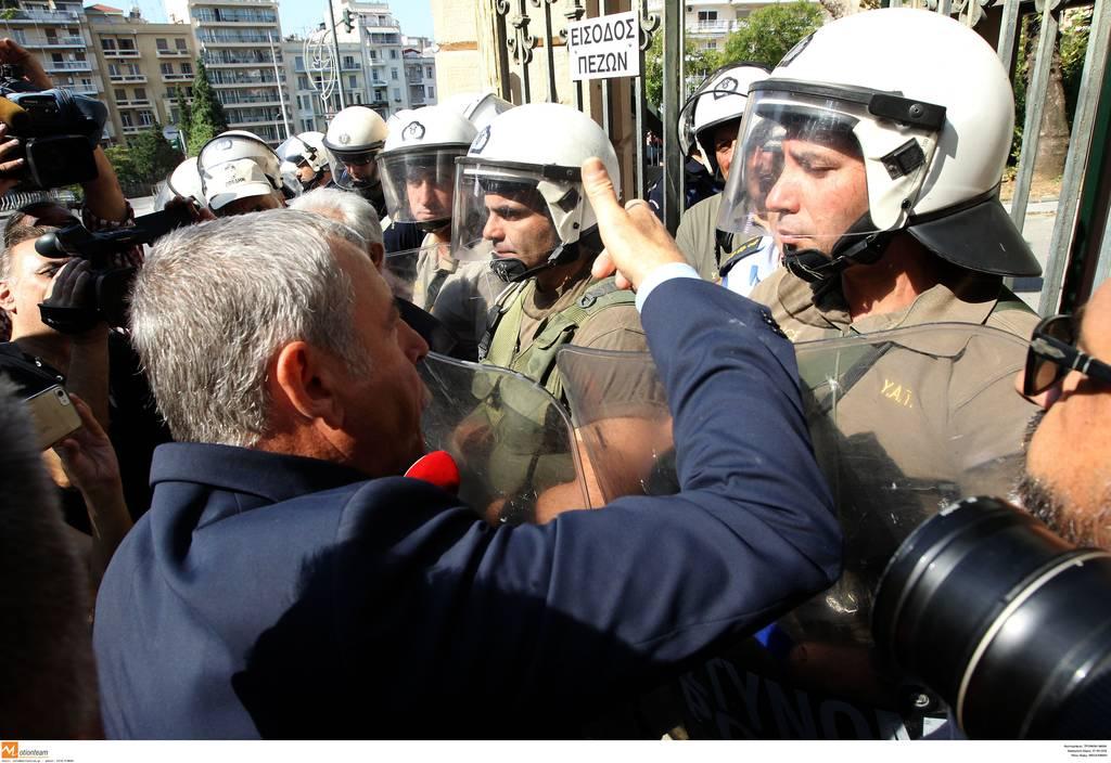 ΔΕΘ 2018: Ένταση έξω από το υφυπουργείο Μακεδονίας - Θράκης από μέλη της ΠΟΕΔΗΝ (vid)
