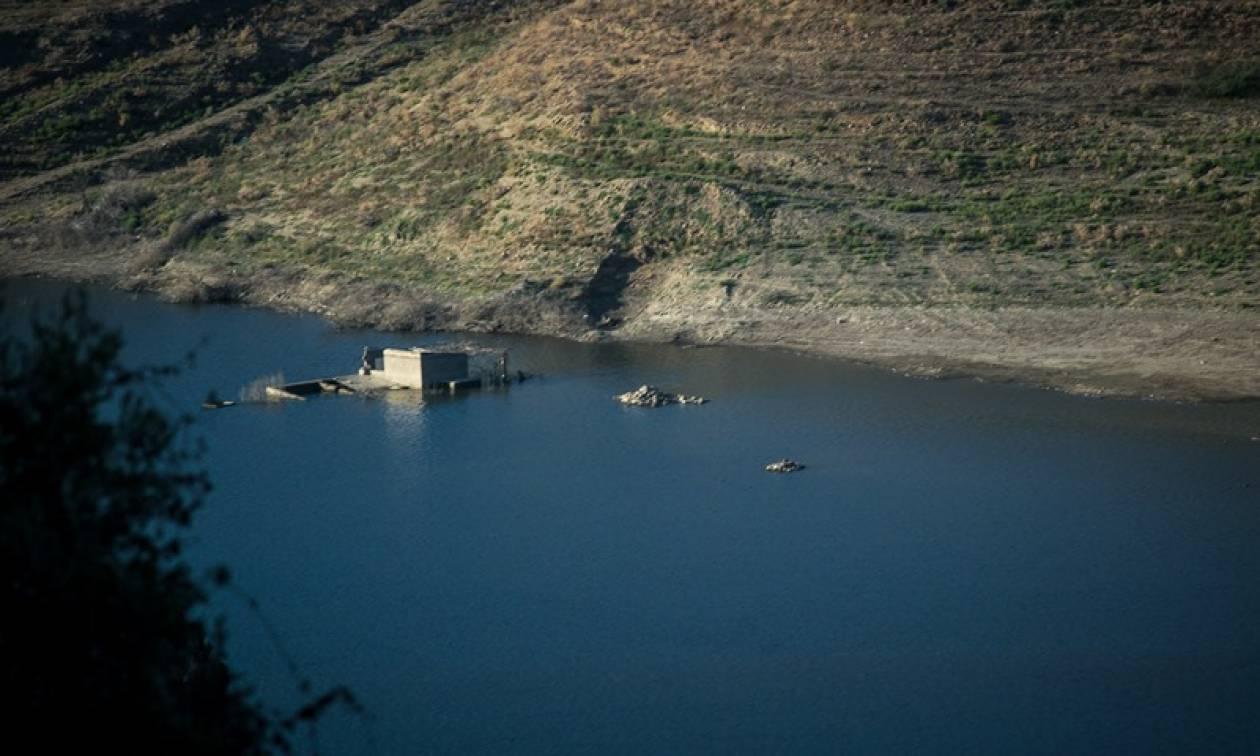 Αυτό είναι το χωριό της Κρήτης που βυθίζεται αργά αλλά... σταθερά (pics)