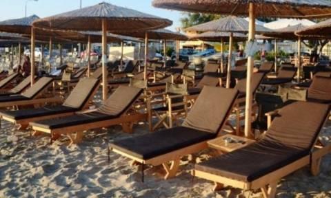 Η απίστευτη πατέντα τουρίστα για να μην πληρώσει ομπρέλα στην παραλία! (pic)