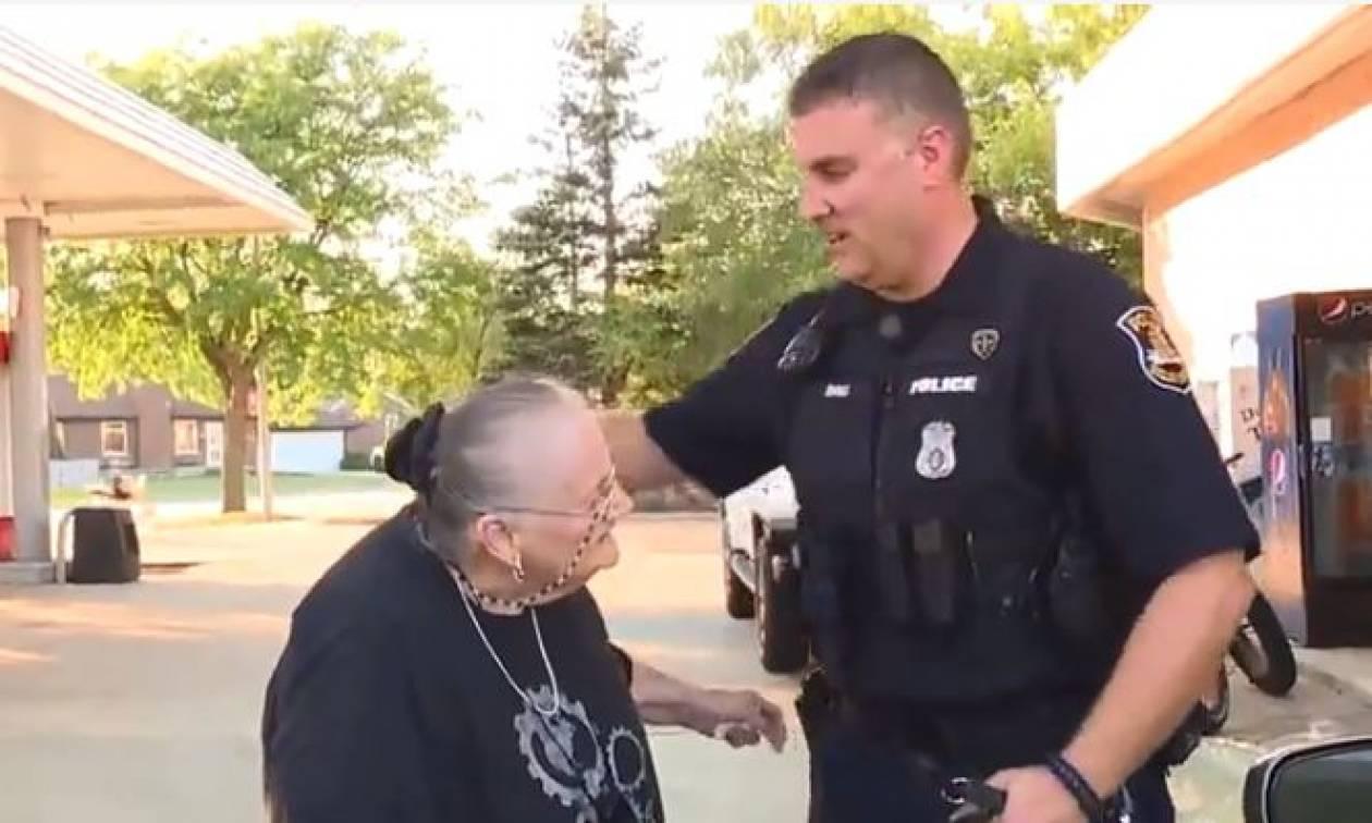 ΗΠΑ: Αυτός ο αστυνομικός έγινε viral και δεν φαντάζεστε τον λόγο (vid)