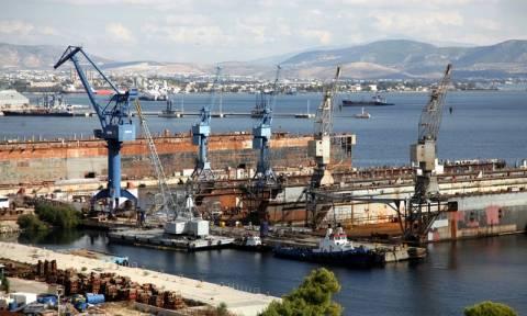 Συναγερμός στα ναυπηγεία Ελευσίνας: Ημιβυθίστηκε πλωτή δεξαμενή - Φόβοι για θαλάσσια ρύπανση