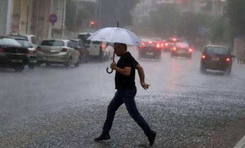 Καιρός ΤΩΡΑ: Ισχυρή καταιγίδα πλήττει την Αττική