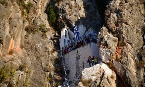 Ναύπλιο: Ένα εξωκλήσι κυριολεκτικά χωμένο στα βράχια (pics)
