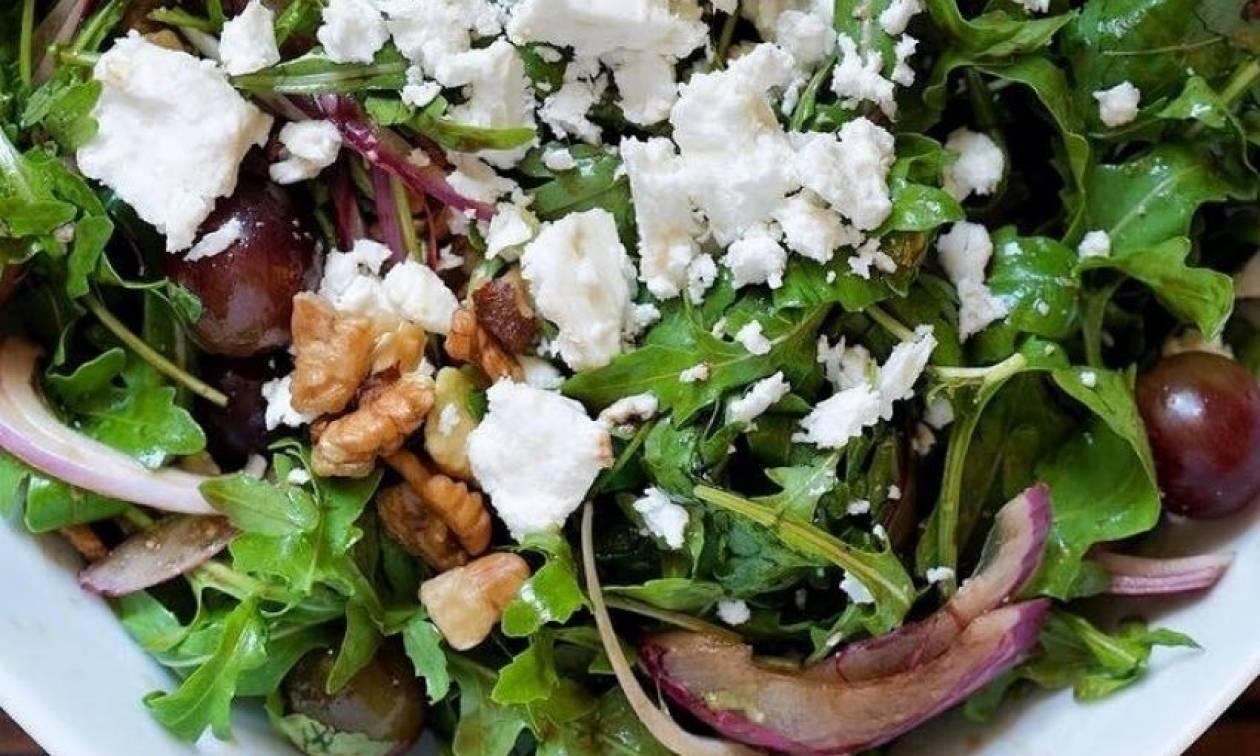 Συνταγή για γευστικότατη σαλάτα με ρόκα, κόκκινα σταφύλια, κατσικίσιο τυρί και αβοκάντο!