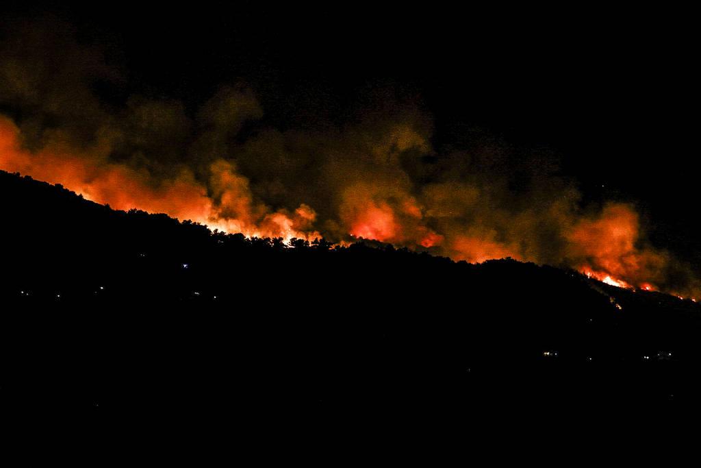 Επί ποδός η Πυροσβεστική: Μεγάλη φωτιά σε δύσβατη περιοχή στη Σάμο (vid)