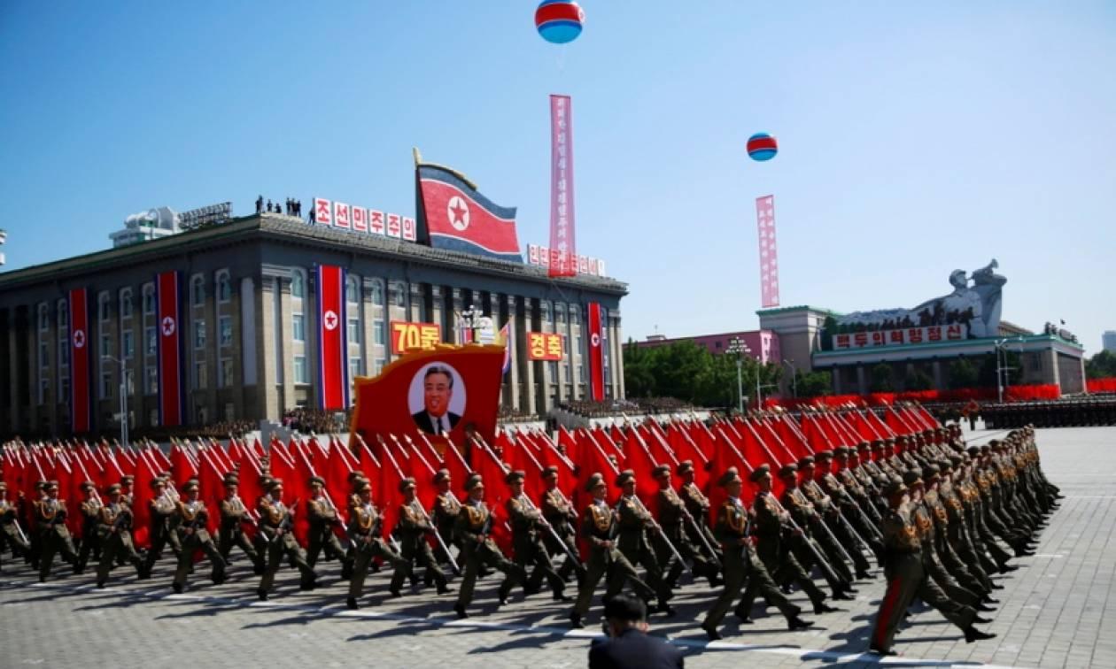 Βόρεια Κορέα: Μεγαλοπρεπής στρατιωτική παρέλαση χωρίς όμως πυραύλους μεσαίου βεληνεκούς (vid)