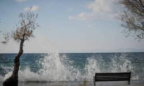 Καιρός: Με συννεφιά και ενισχυμένα μελτέμια η Δευτέρα - Δείτε πού θα βρέξει (pics)