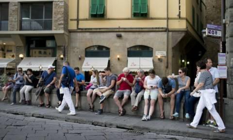 Σε αυτή την πόλη απαγορεύεται οι τουρίστες να τρώνε στο δρόμο!