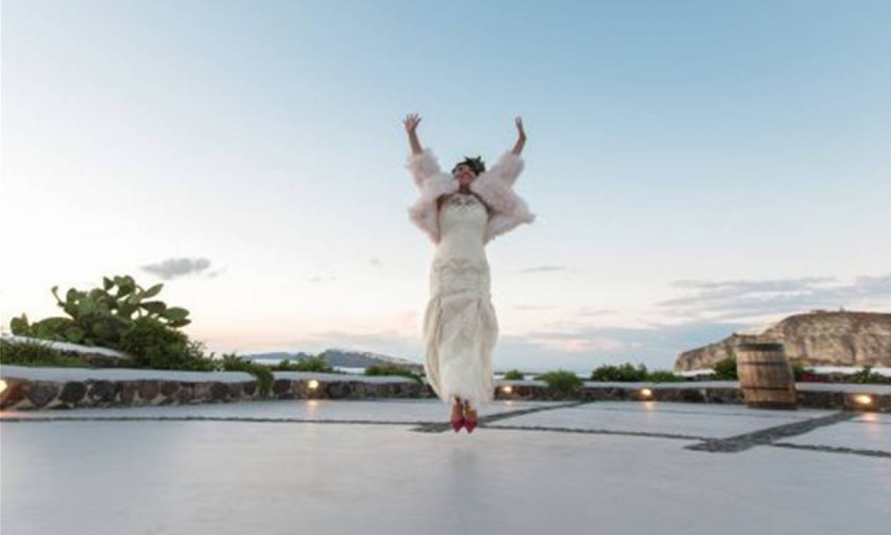 Απίστευτος γάμος στη Σαντορίνη: Την παράτησε ο γαμπρός και δεν φαντάζεστε ποιον παντρεύτηκε! (pics)