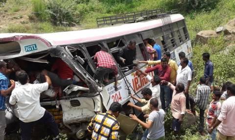 Φρικτό δυστύχημα στην Ινδία: Υπερφορτωμένο λεωφορείο έπεσε σε χαράδρα - Τουλάχιστον 55 νεκροί (Vids)