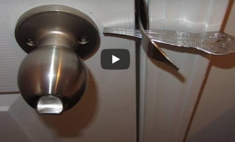 Πήρε ένα πιρούνι και το έβαλε στην κλειδαριά. Πολλοί θα το δοκιμάσετε... (video)