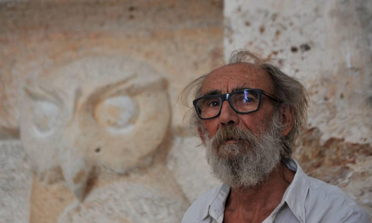 Αλέξανδρος Ζυγούρης: O γλύπτης που δαμάζει την ύλη ζώντας ασκητικά στην άκρη του Αιγαίου
