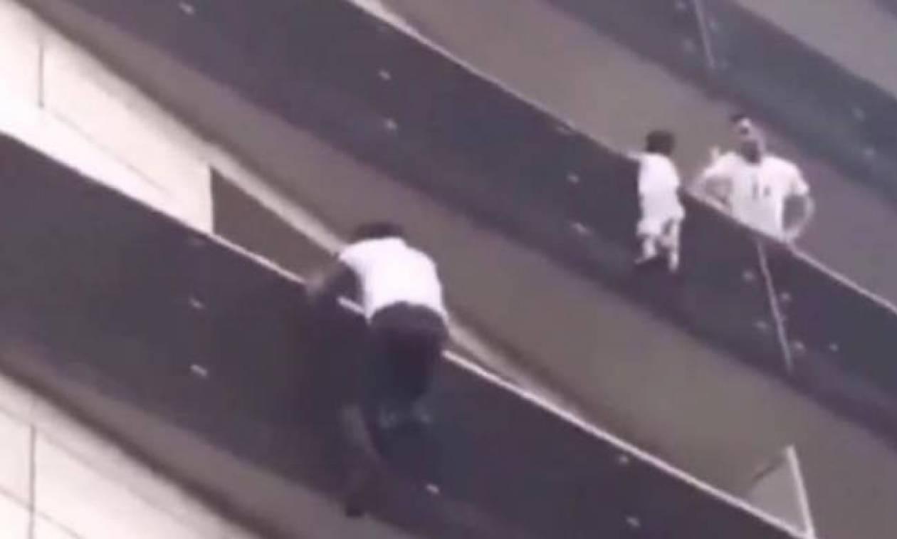 Δικαίωση για τον «Σπάιντερμαν» που σκαρφάλωσε σε δευτερόλεπτα τέσσερις ορόφους για να σώσει παιδί