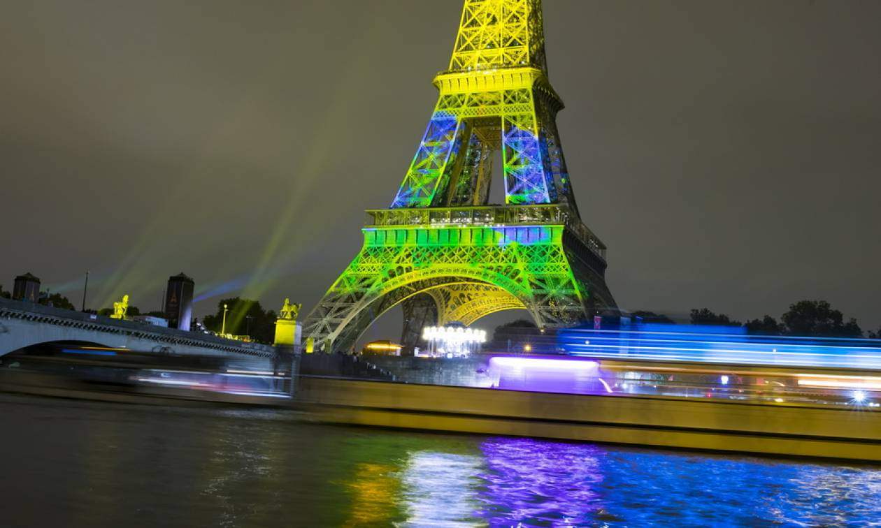 Μοναδικό θέαμα: Ο πύργος του Άιφελ φωτίζεται προς τιμήν της Ιαπωνίας