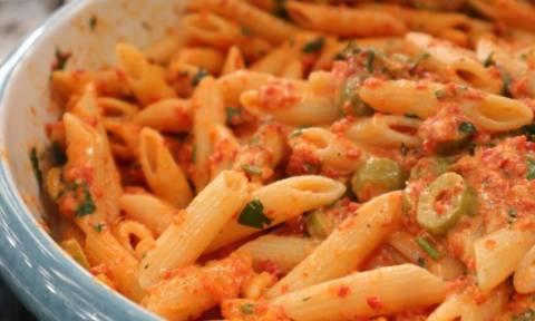 Η συνταγή της ημέρας: Πένες με σάλτσα από κατίκι Δομοκού και πιπεριές Φλωρίνης