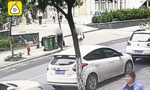 ΣΟΚ στην Κίνα: Βρέφος βρέθηκε νεκρό σε κάδο απορριμμάτων
