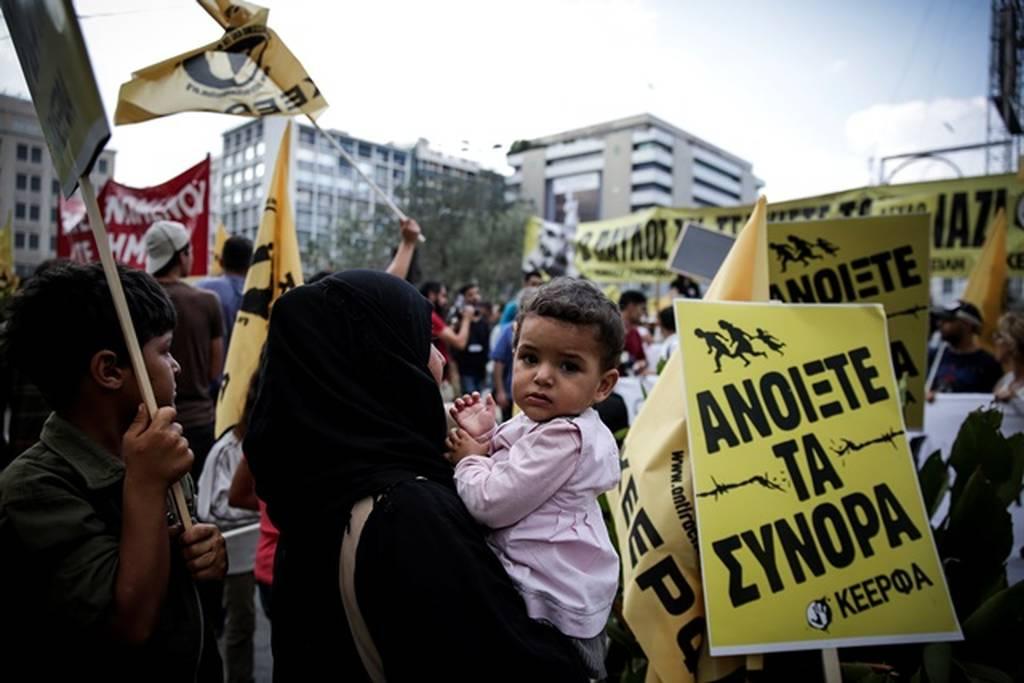 Αντιφασιστική συγκέντρωση στο κέντρο της Αθήνας – Κλειστή η Σταδίου (pics)