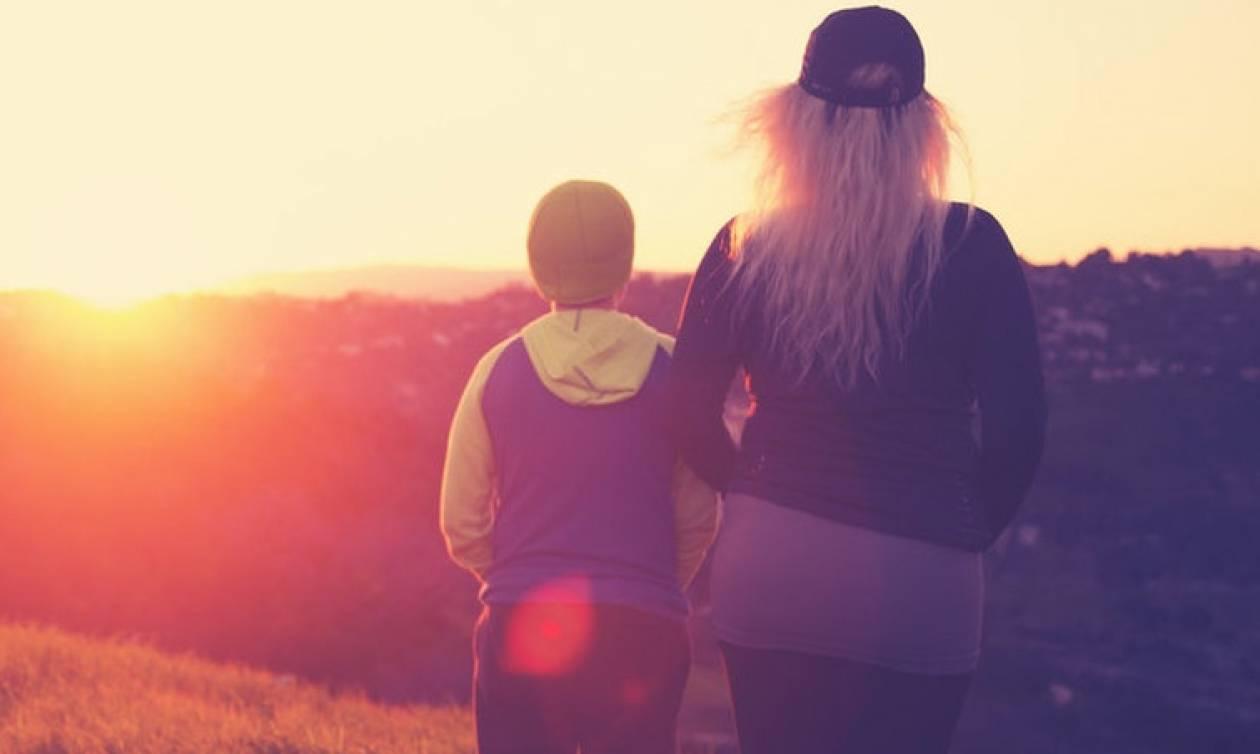 Πώς είναι να μεγαλώνεις με μικρότερο αδερφό; Μια Teen Queen εξομολογείται