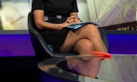 Ελληνίδα παρουσιάστρια χωρίς εσώρουχο άνοιξε τα πόδια της μπροστά σε καλεσμένο! (vid+pics)