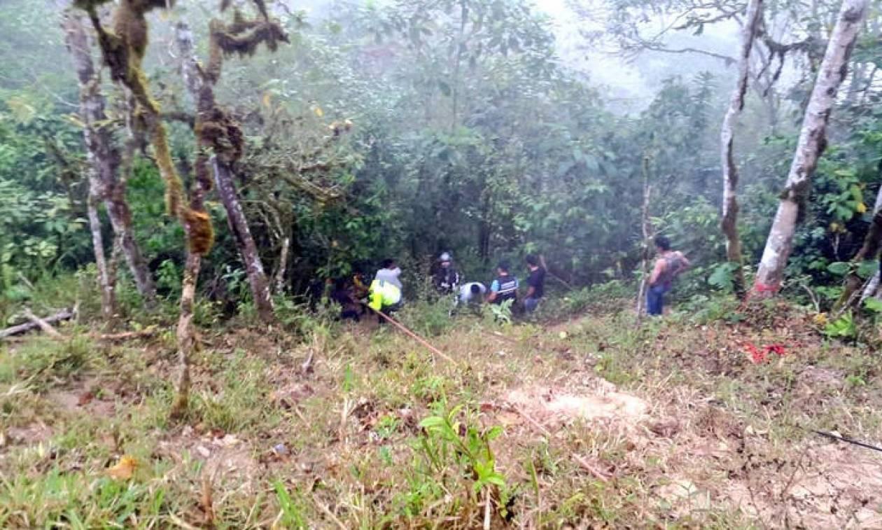 Ισημερινός: Τουλάχιστον 12 νεκροί από πτώση λεωφορείου σε χαράδρα 100 μέτρων (pics)