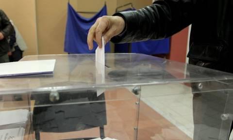 Νέα δημοσκόπηση: Ντέρμπι ΣΥΡΙΖΑ – ΝΔ και θρίλερ στις κάλπες