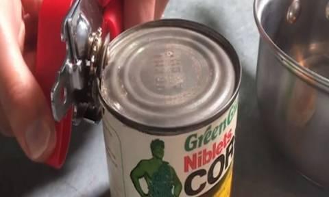 Άνοιξαν κονσέρβα με καλαμπόκι 35 ετών - Θα πάθετε πλάκα με αυτό που είδαν μέσα! (video)
